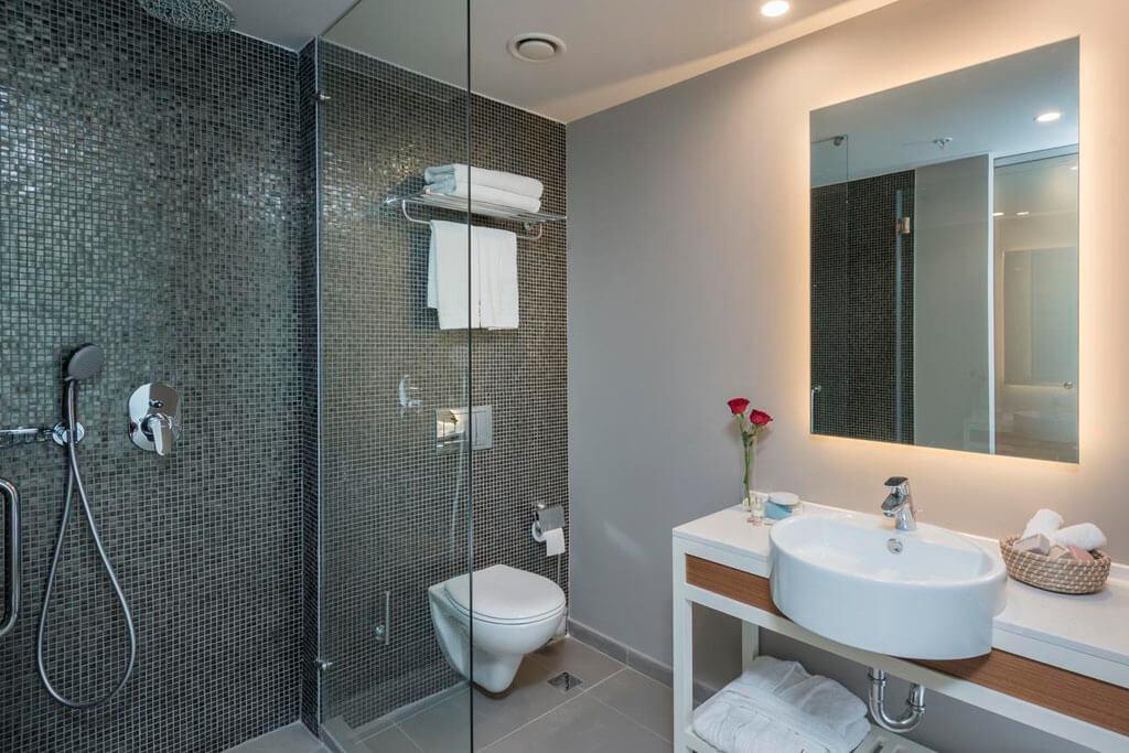Ванная комната в номере отеля Leonardo Plaza
